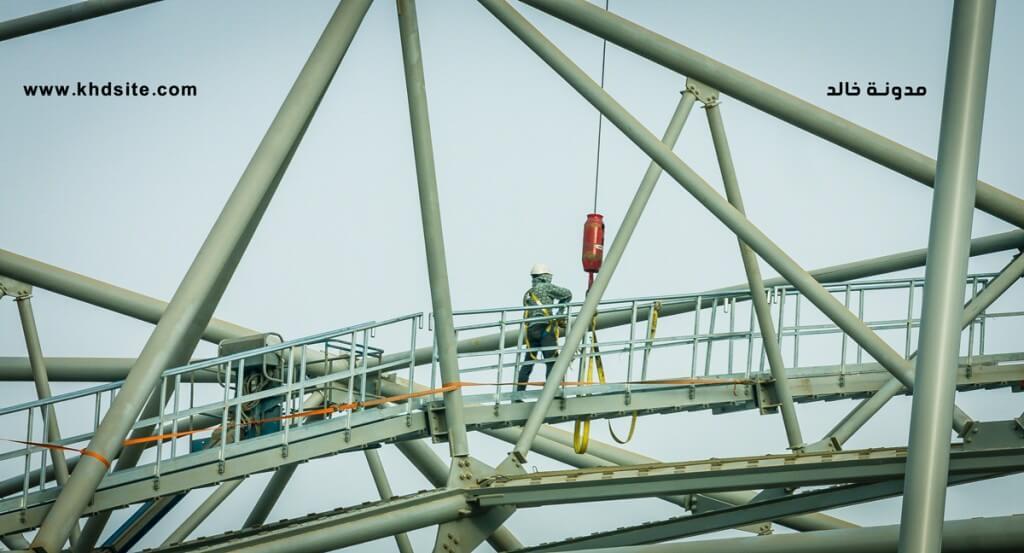 يظهر احد العمال وهو يقوم تثبيت المطلة